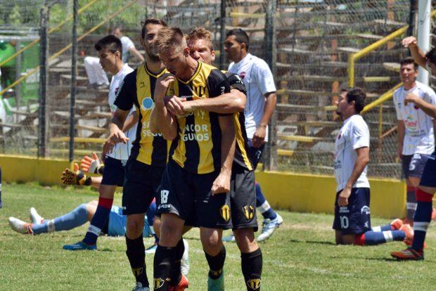 Manuel Bustos ya convirtió el empate y recibe el abrazo de Felipe y el resto de sus compañeros.