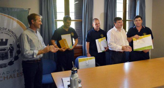 Los tres bomberos sunchalenses reconocidos.