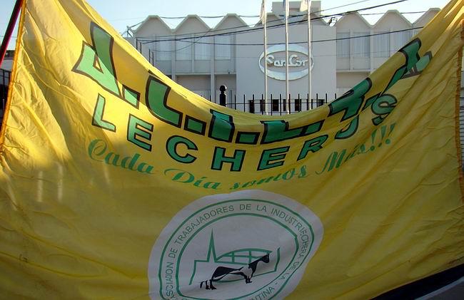 La bandera que marca la presencia del gremio, frente a la planta central de la empresa SanCor.