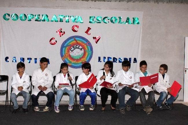 Los chicos del consejo directivo de la cooperativa escolar.