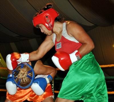 Romina, en acción en una pelea previa (Archivo).