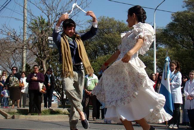Alumnos del Taller de Folclore del Liceo Municipal, en pleno baile.